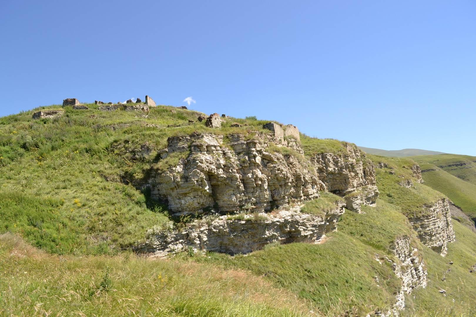 замок горцев на склоне, руины, чечня, горы кавказа