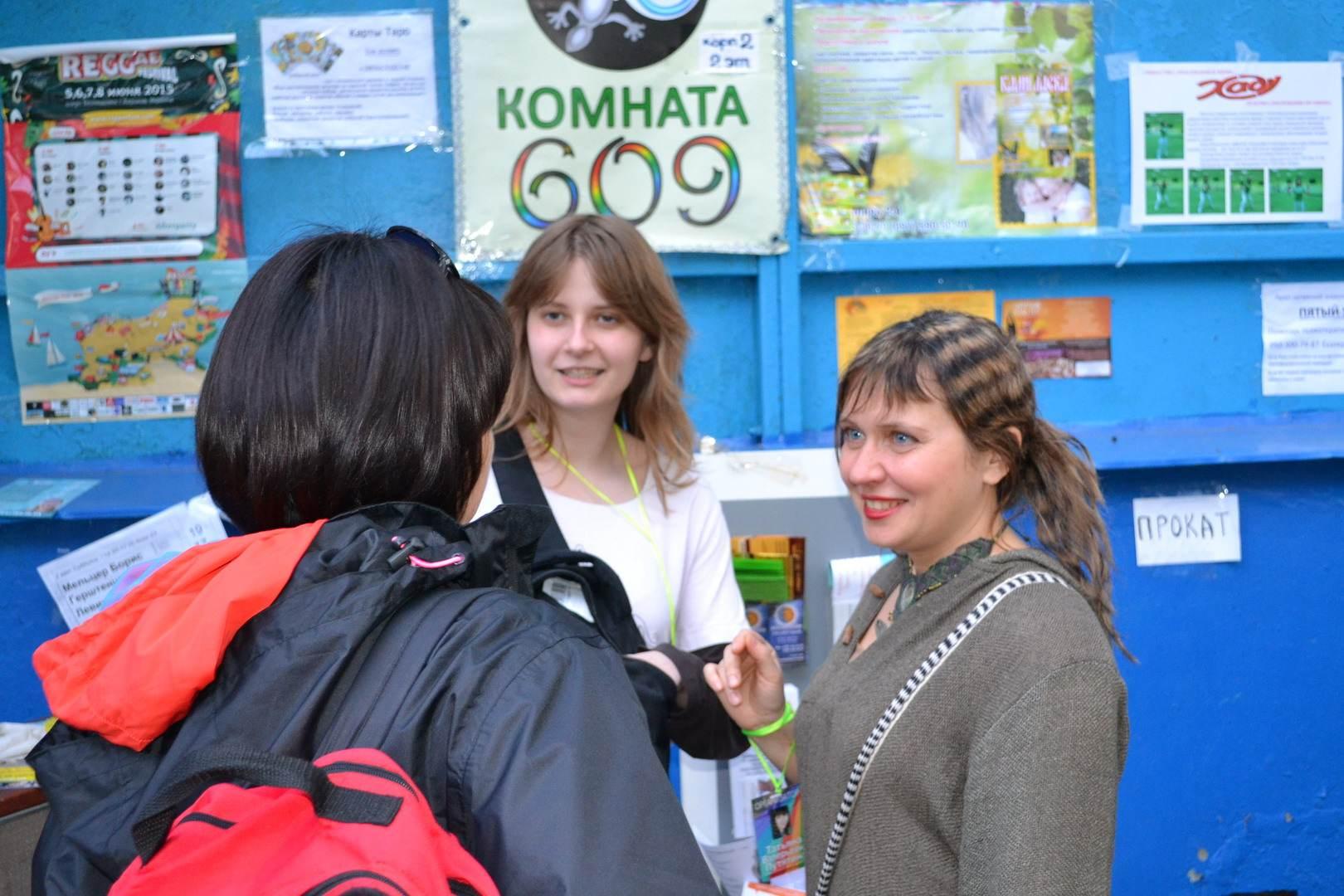 справа таня путятина директор фестиваля, по центру марина которая много делает хорошего и всех поселяет и слева таинственная женщина.