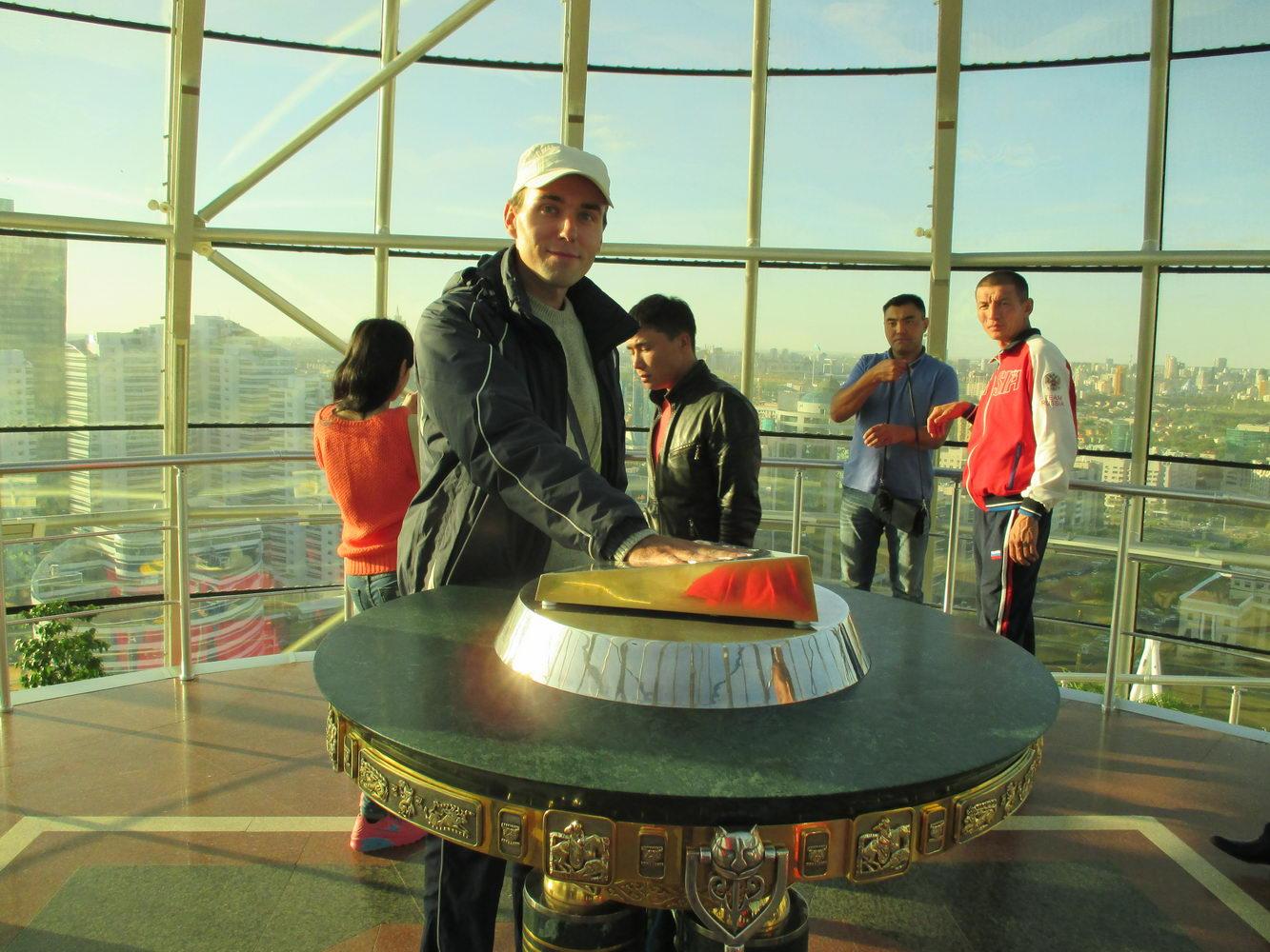 байтерек внутри. золотой отпечаток руки назарбаева. астана. символ казахстана