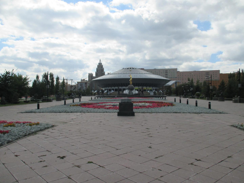 цирк в форме летающей тарелки. астана. казахстан