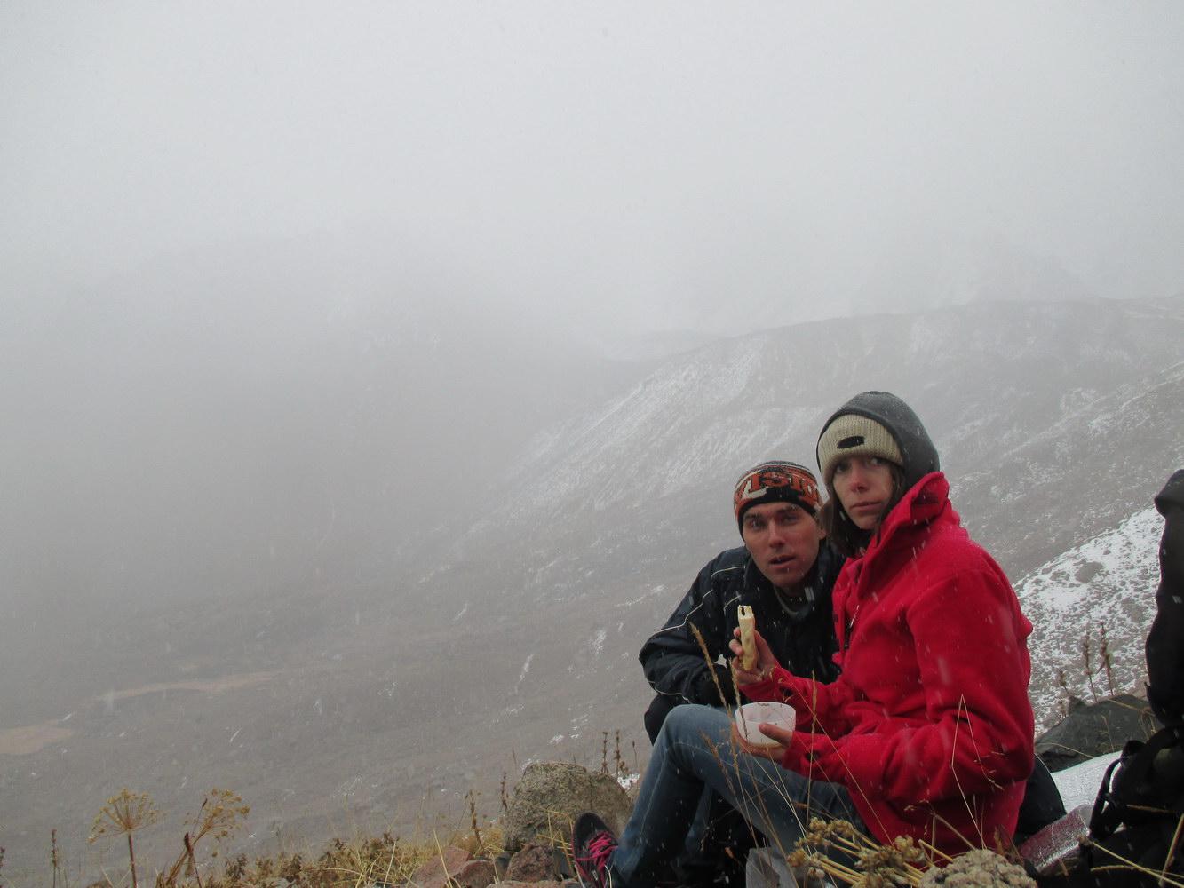 пикник в горах алатау. погода портится. казахстан