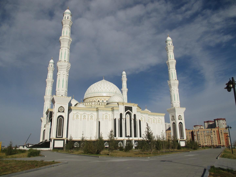 очень красивая мечеть. президентский парк. астана. казахстан