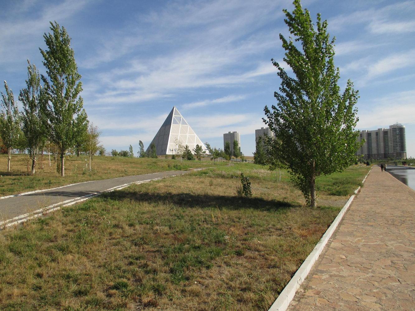 пирамида вдали. президентский парк. астана. казахстан
