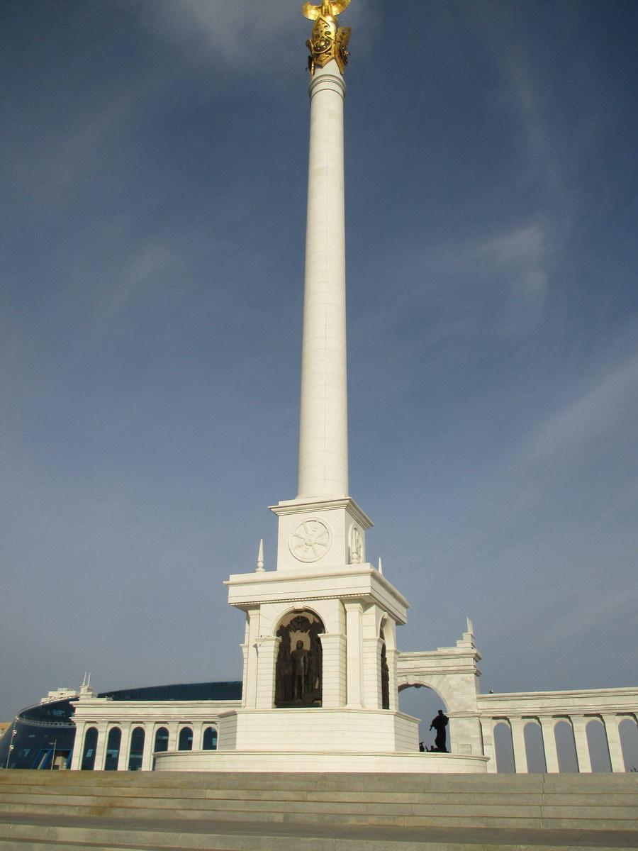 скромный памятник назарбаеву. президентский парк. астана. казахстан