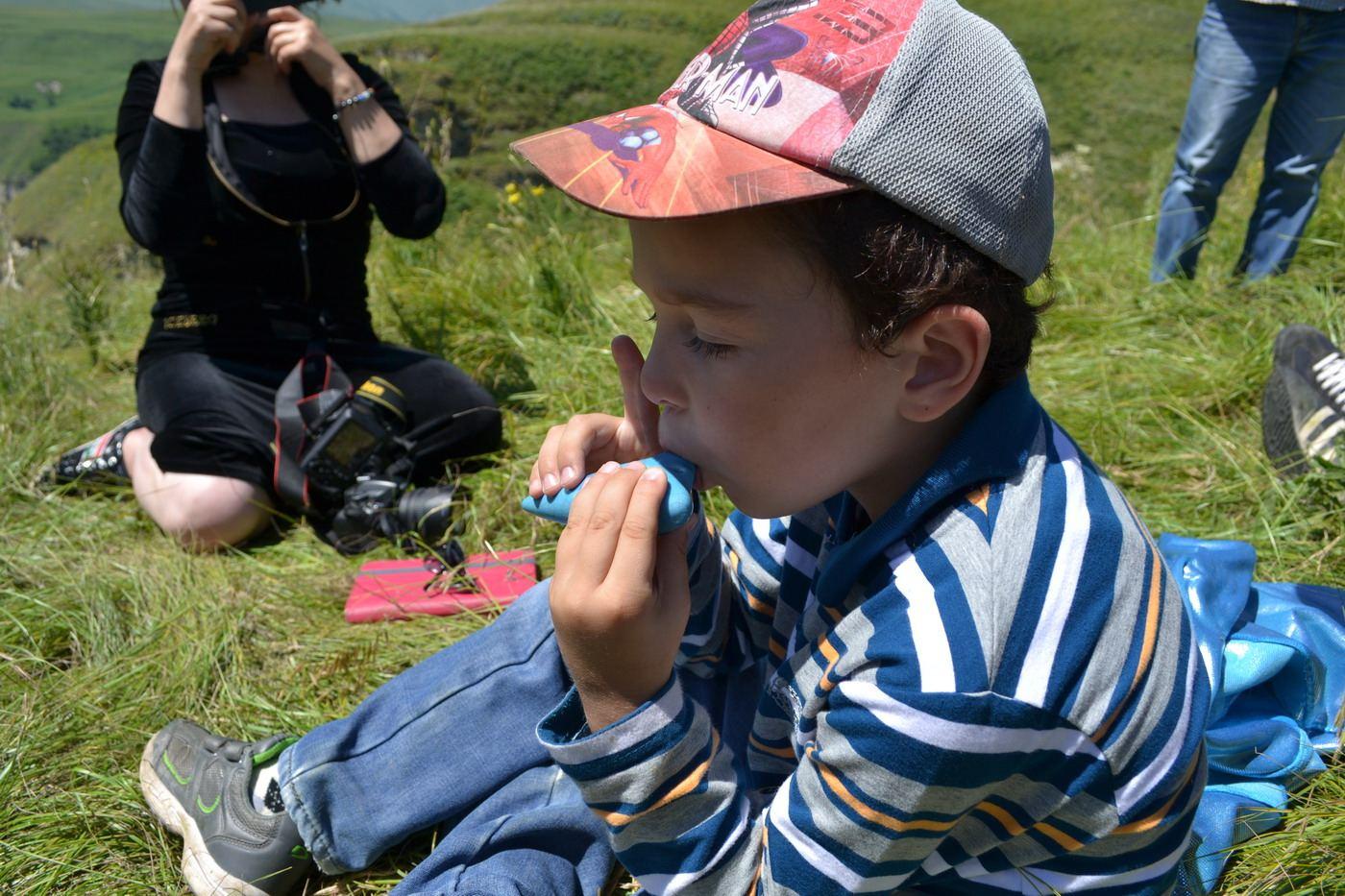 чеченский мальчик ибрагим, пробует играть на окарине