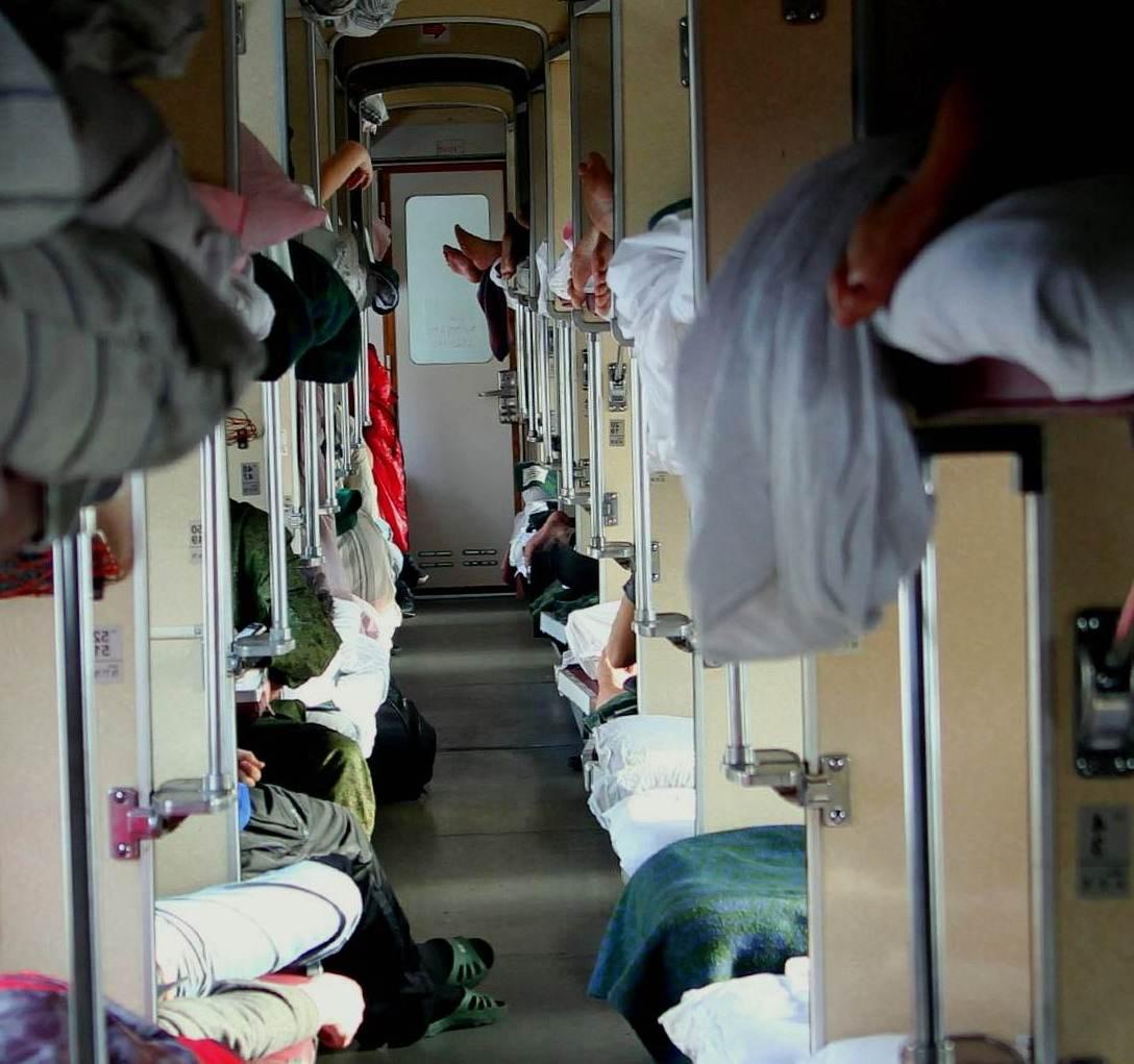 голодные люди, поезд, вагон