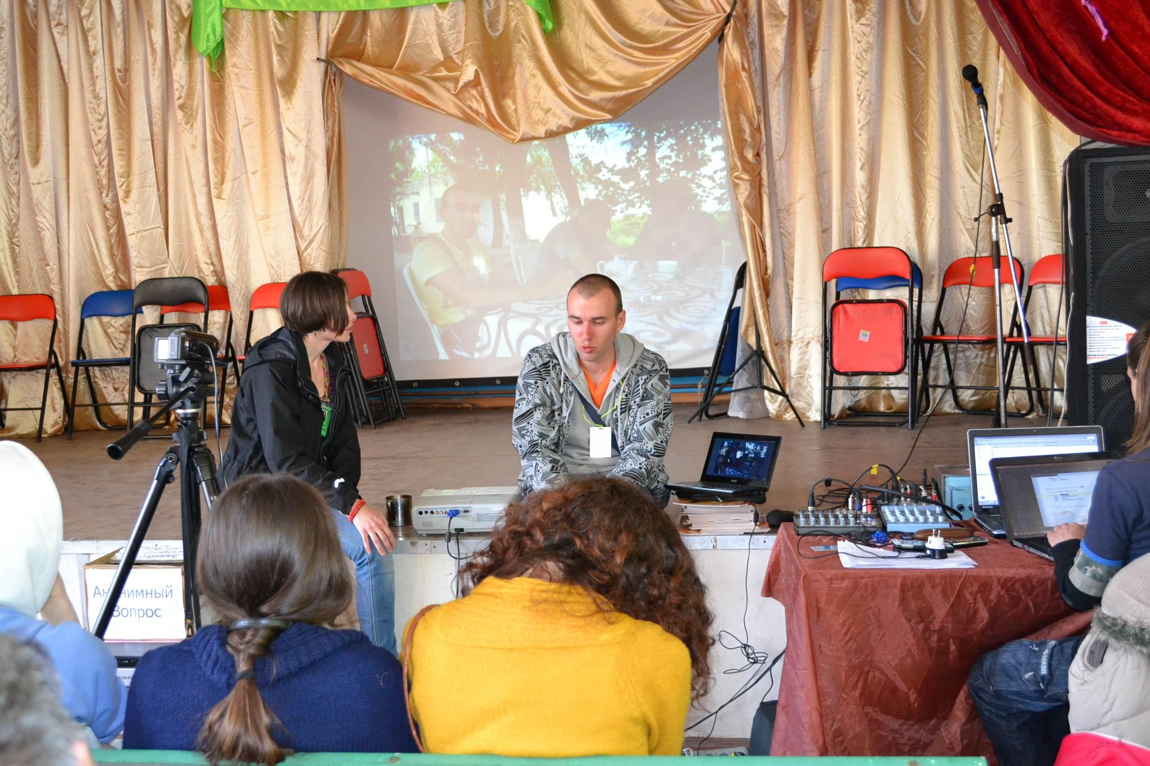моё выступление. лекция на тему автостопа, рассказываю о путешествиях. фестиваль тавале.