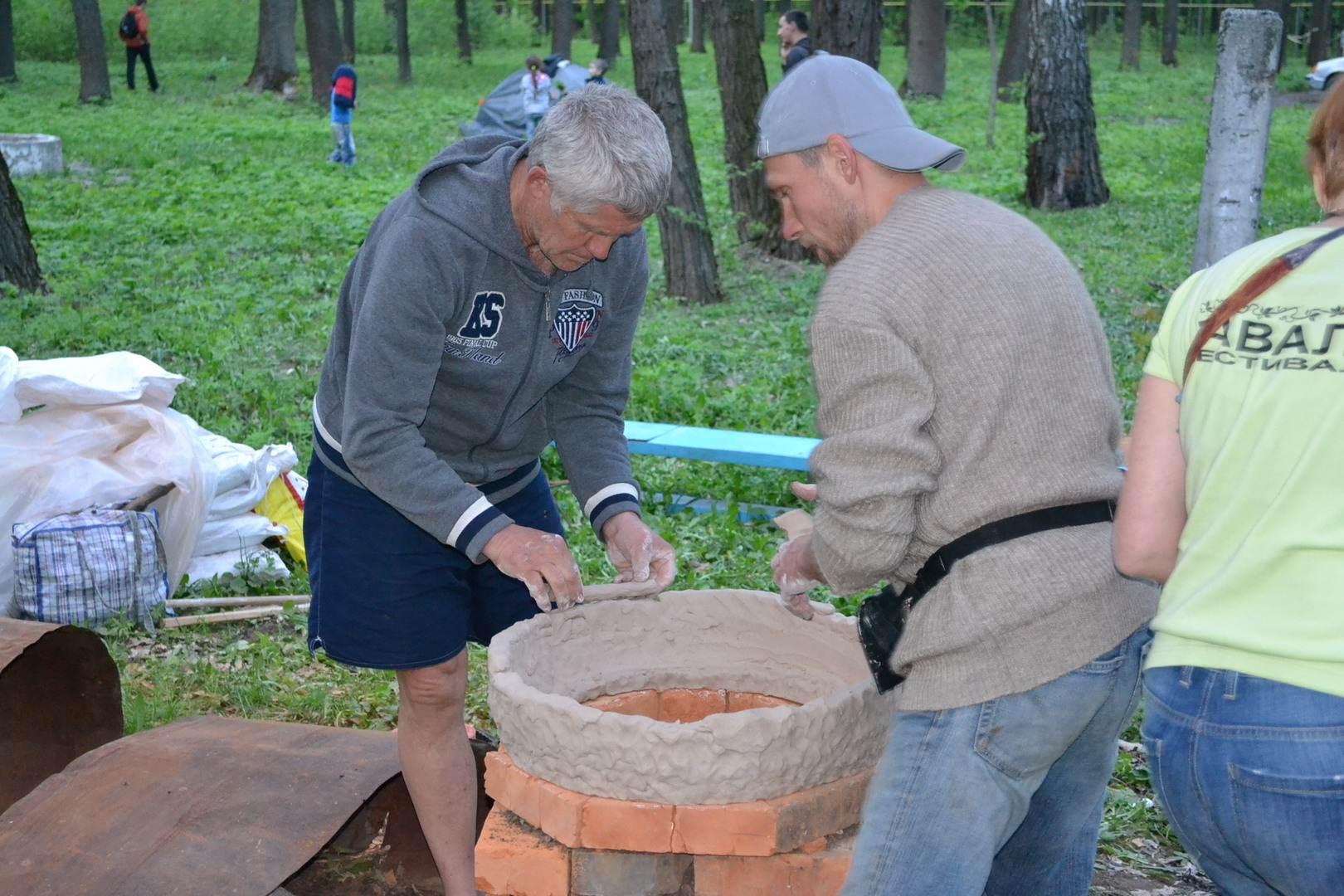 мастера делают большую глиняную фигуру для обжига. фестиваль тавале.