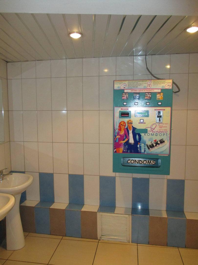 автомат с презервативами в туалете кинотеатра