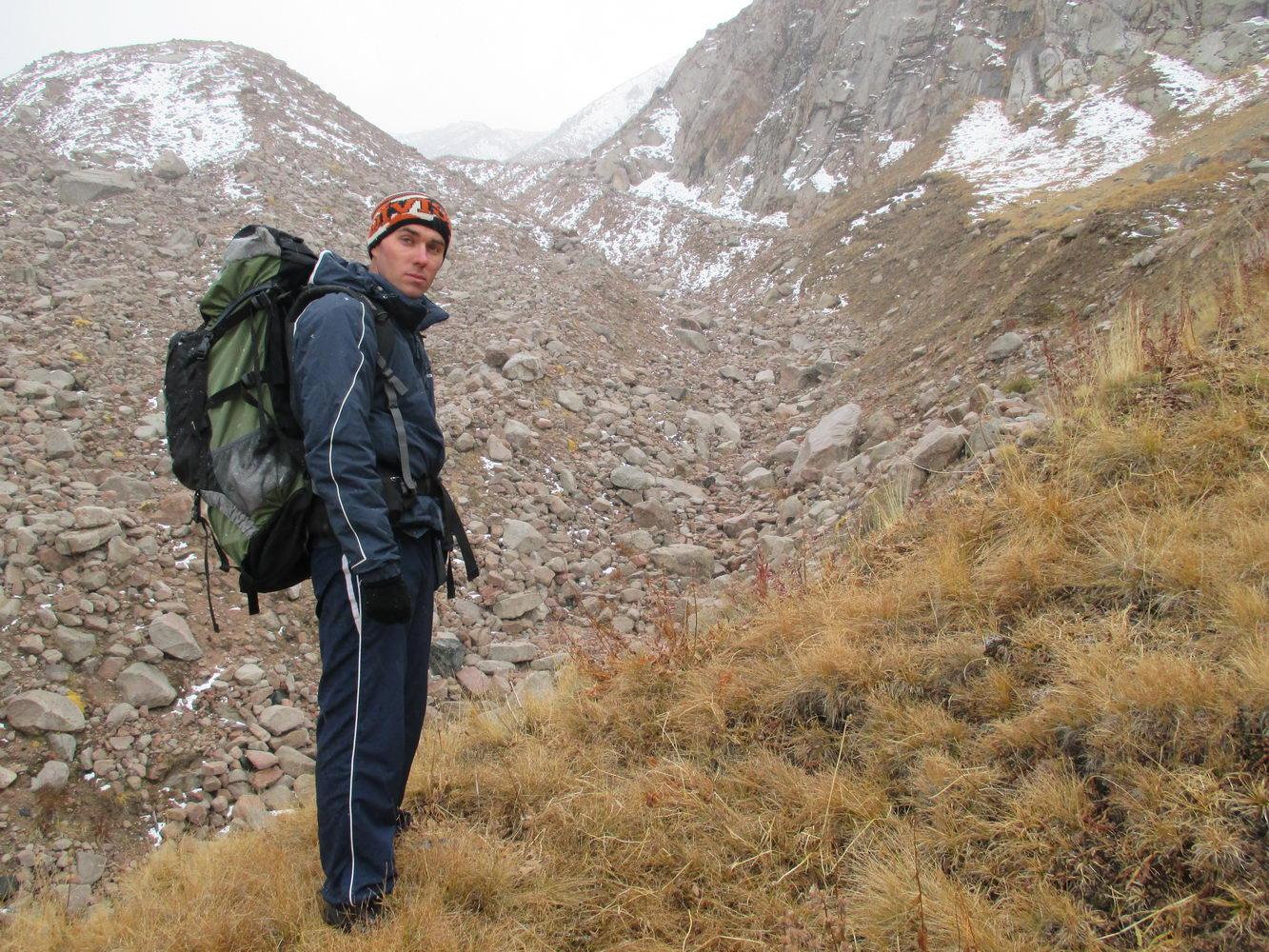 к снежным вершинам. красивая природа. горы алатау. казахстан