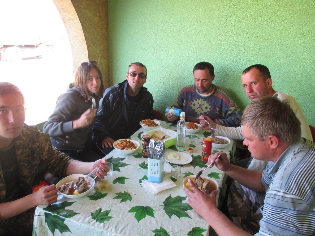 кафе посреди голодной пустыни. казахстан
