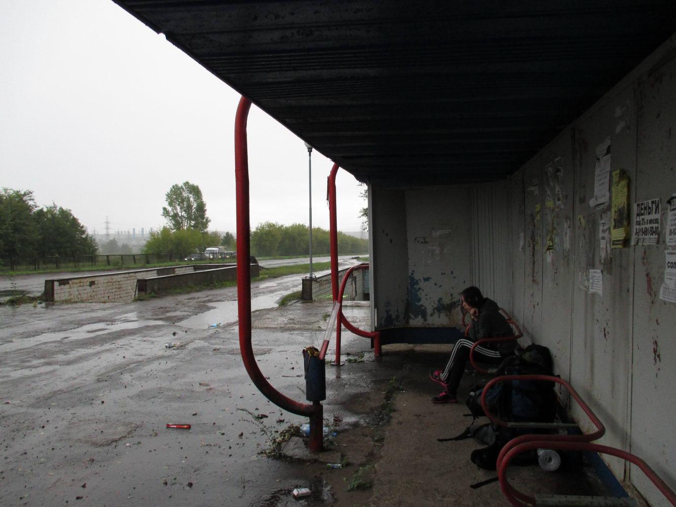 мокрые и замёрзшие на остановке по пути в уфу. путешествие автостопом