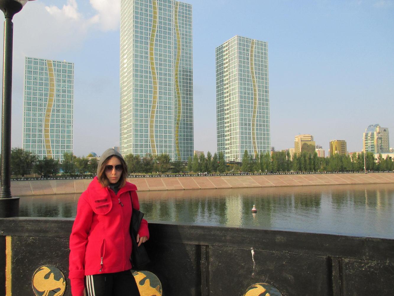 мост и красивые здания. астана. путешествие автостопом в казахстан