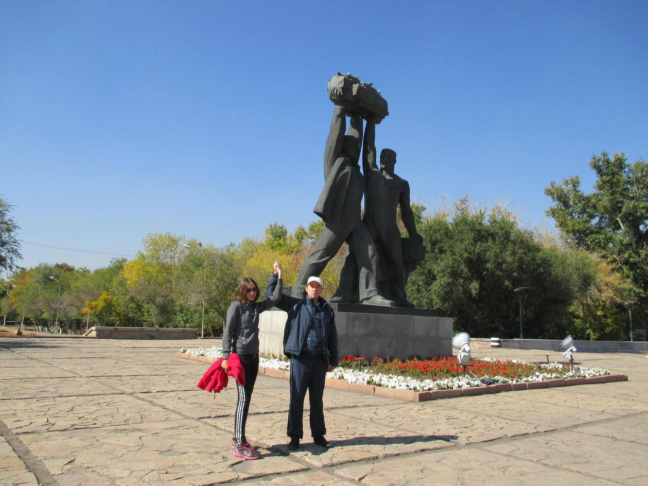 памятник народу. караганда. путешествие автостопом в казахстан