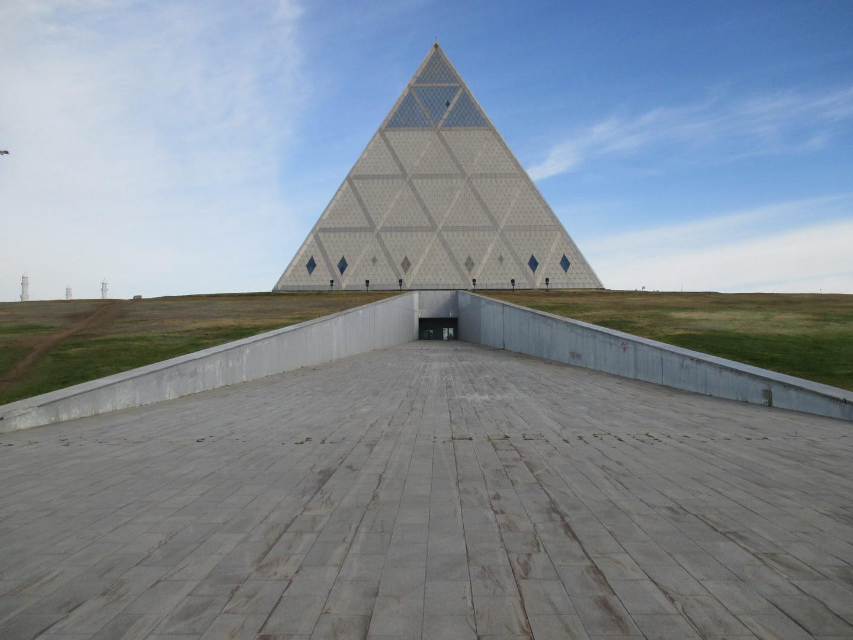 пирамида хаоса. президентский парк. астана. казахстан