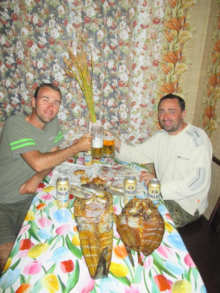 пьём пиво и едим рыбу из балхаша. талгар. казахстан