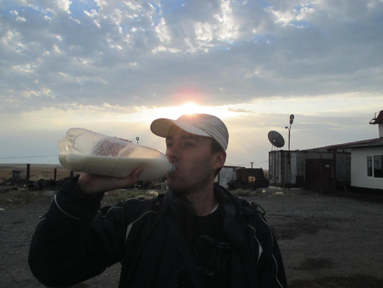 шубат - верблюжье молоко. по дороге на балхаш. казахстан