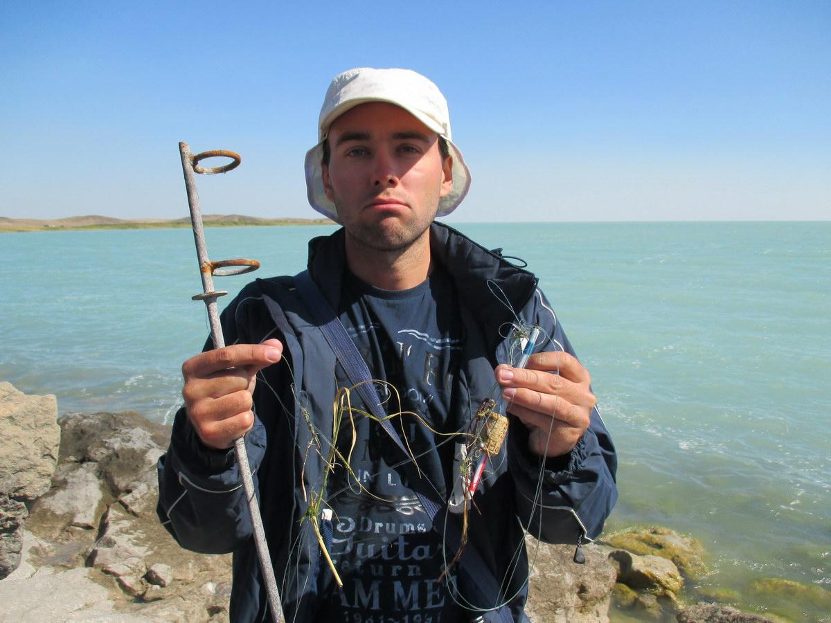 озеро балхаш. рыбак. казахстан