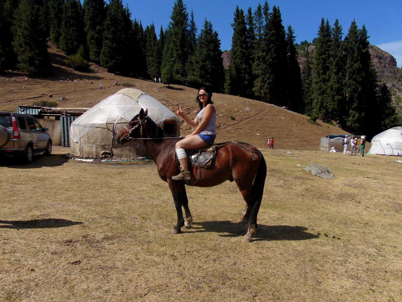 киргизия, наш кауч катя на коне. джалал-абад
