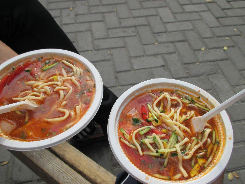 национальная кухня киргизии. каракольское ашлямфу, приготовленное вьетнамцами. киргизия. бишкек