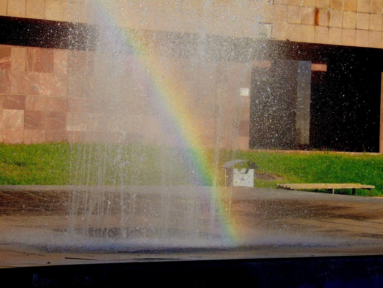 площадь Ала Тоо. фонтан и радуга. киргизия. бишкек