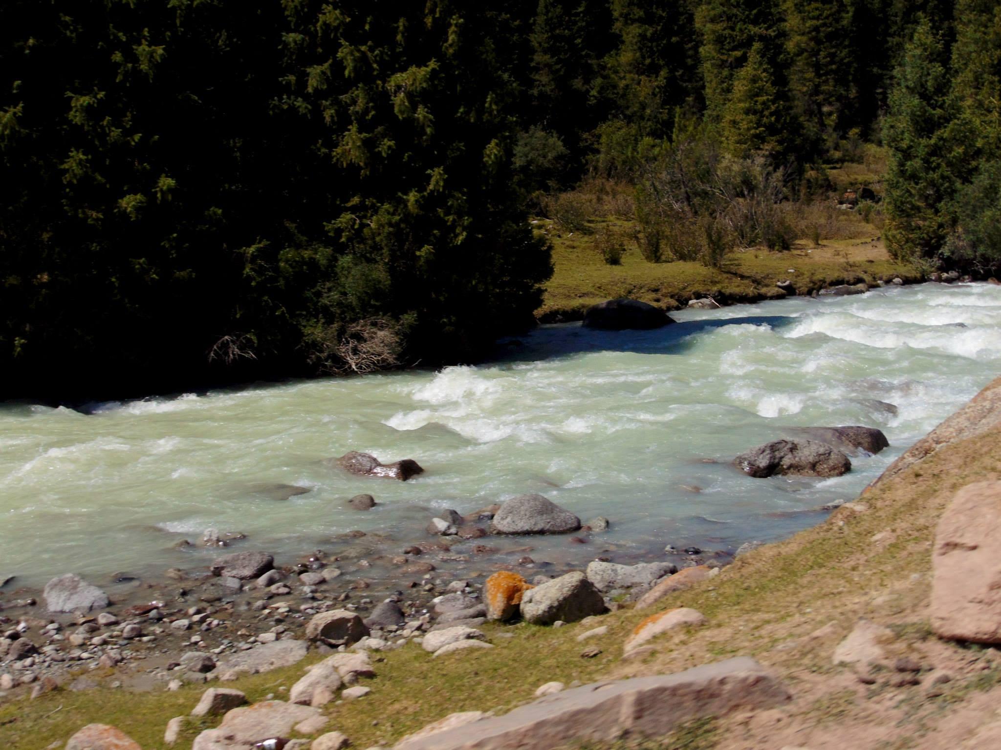 река в горах. джалал-абад. ферганская долина. предгорье тянь-шаня. путешествия кати. киргизия