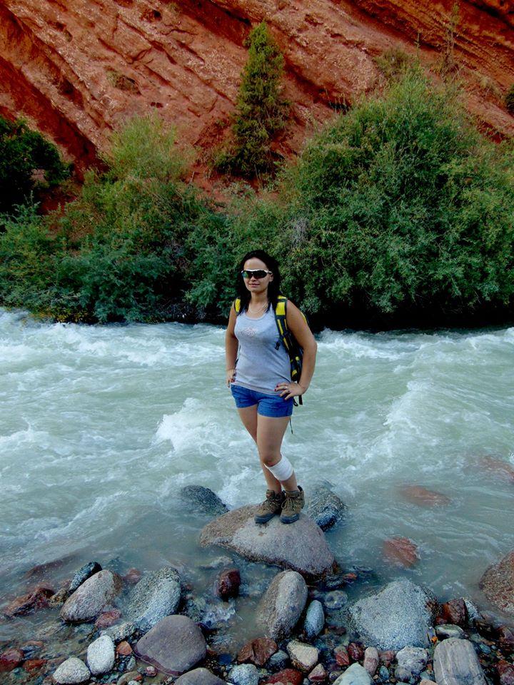 река и красные скалы. джалал-абад. ферганская долина. предгорье тянь-шаня. путешествия кати в киргизии