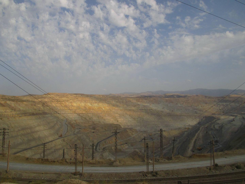 карьер по добыче руды. узбекистан алмалык
