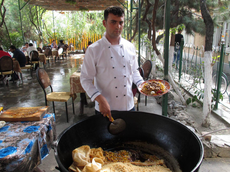 большой казан. кушаем плов в ресторане. узбекистан самарканд