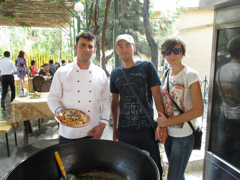 большой казан и повар. кушаем плов в ресторане. узбекистан самарканд