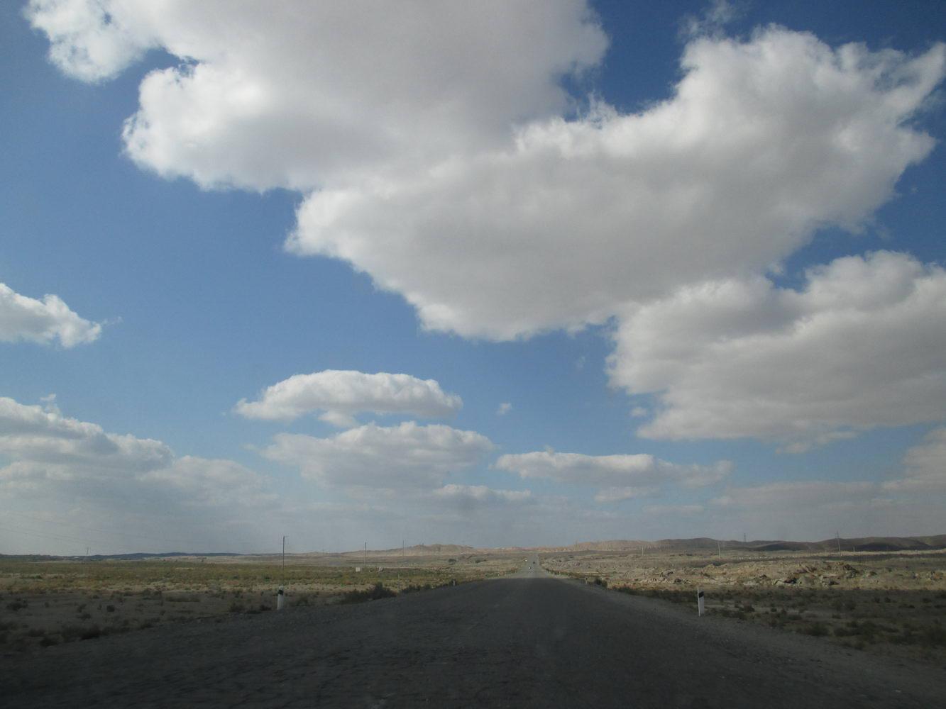 красивое небо и пустыня кызылкум. путь из узбекистана в казахстан автостопом