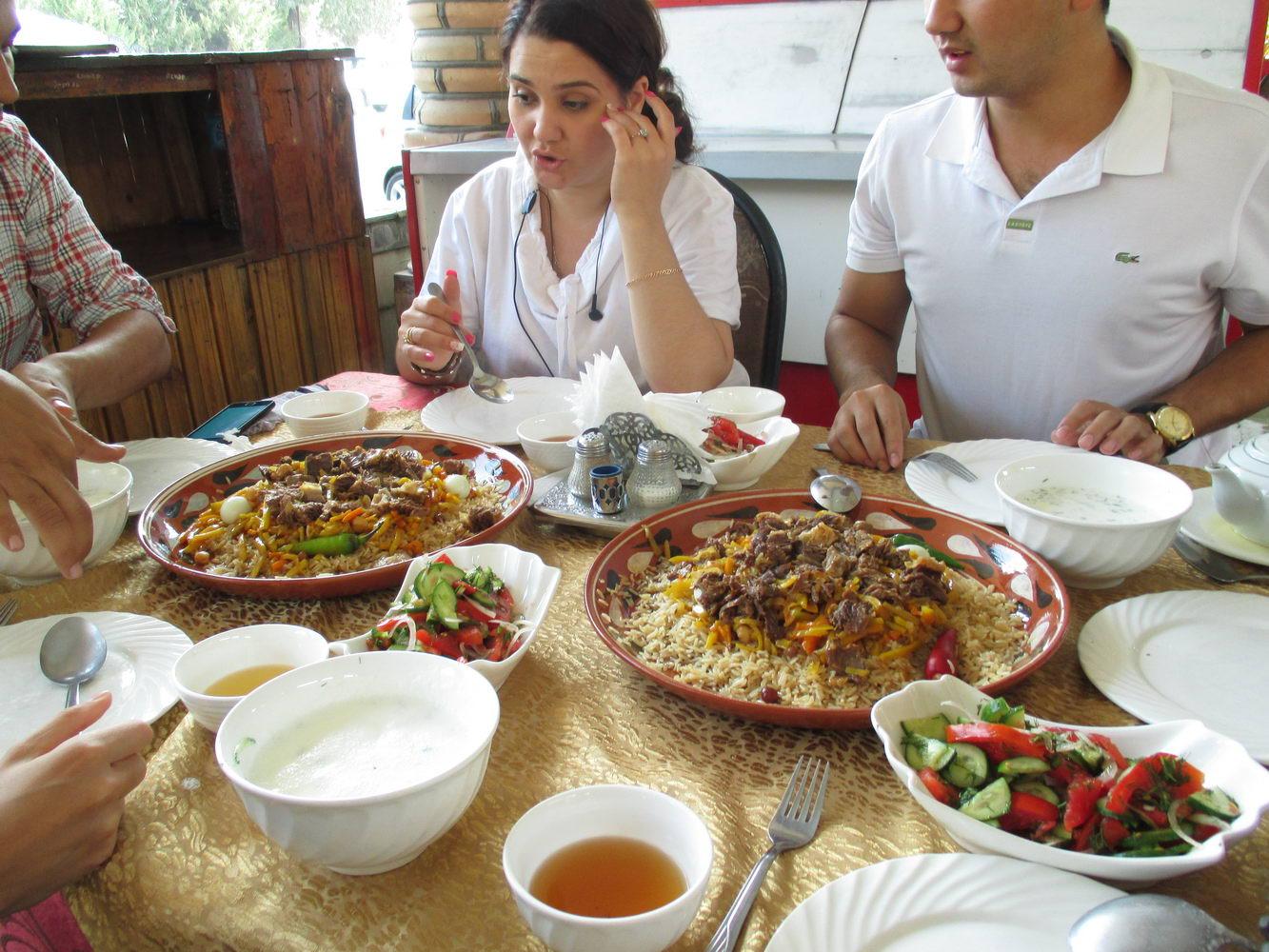 кушаем плов в ресторане. узбекистан самарканд