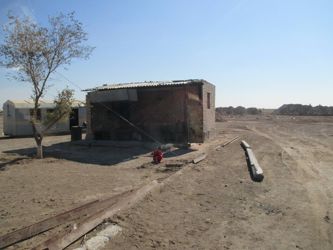 заправка посреди пустыни кызылкум. путь из узбекистана в казахстан автостопом