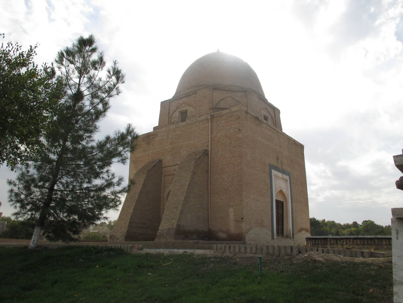 усыпальня. площадь регистан. туристический самарканд. узбекистан