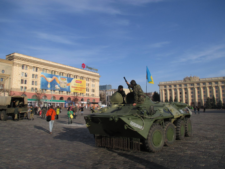харьковская площадь ленина и военные украинской армии на броневиках