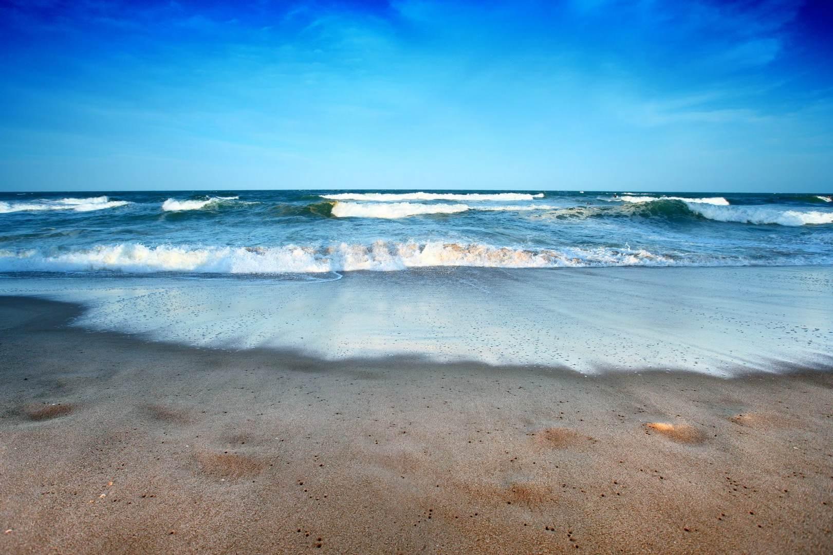 красивое море в стиле фэнтези. безлюдный пляж на берегу океана. сон про банкет у аристократов