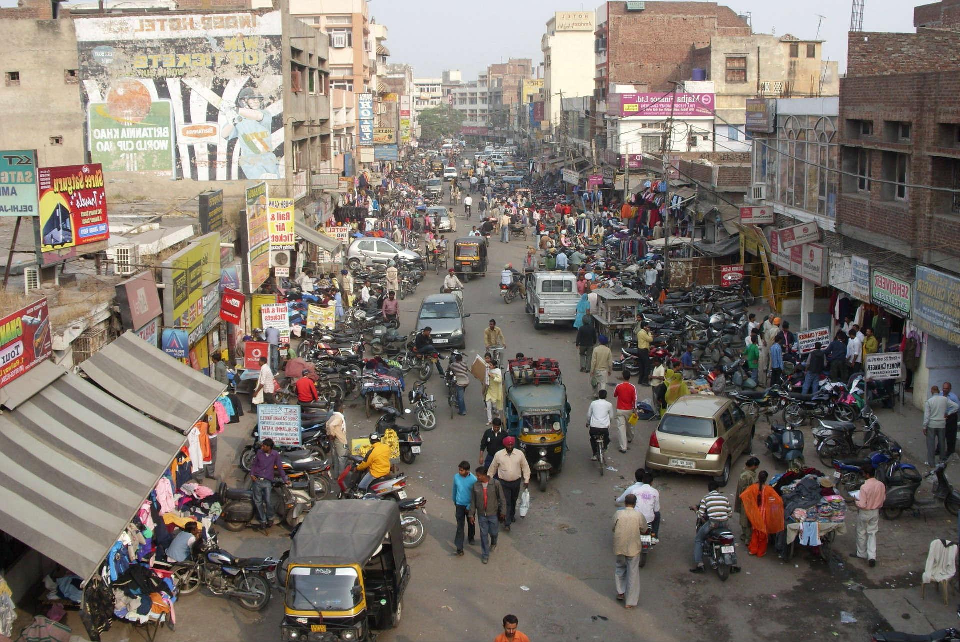 переполненный город и улица в индии. глаза смерти. осознанный сон с ролью творца