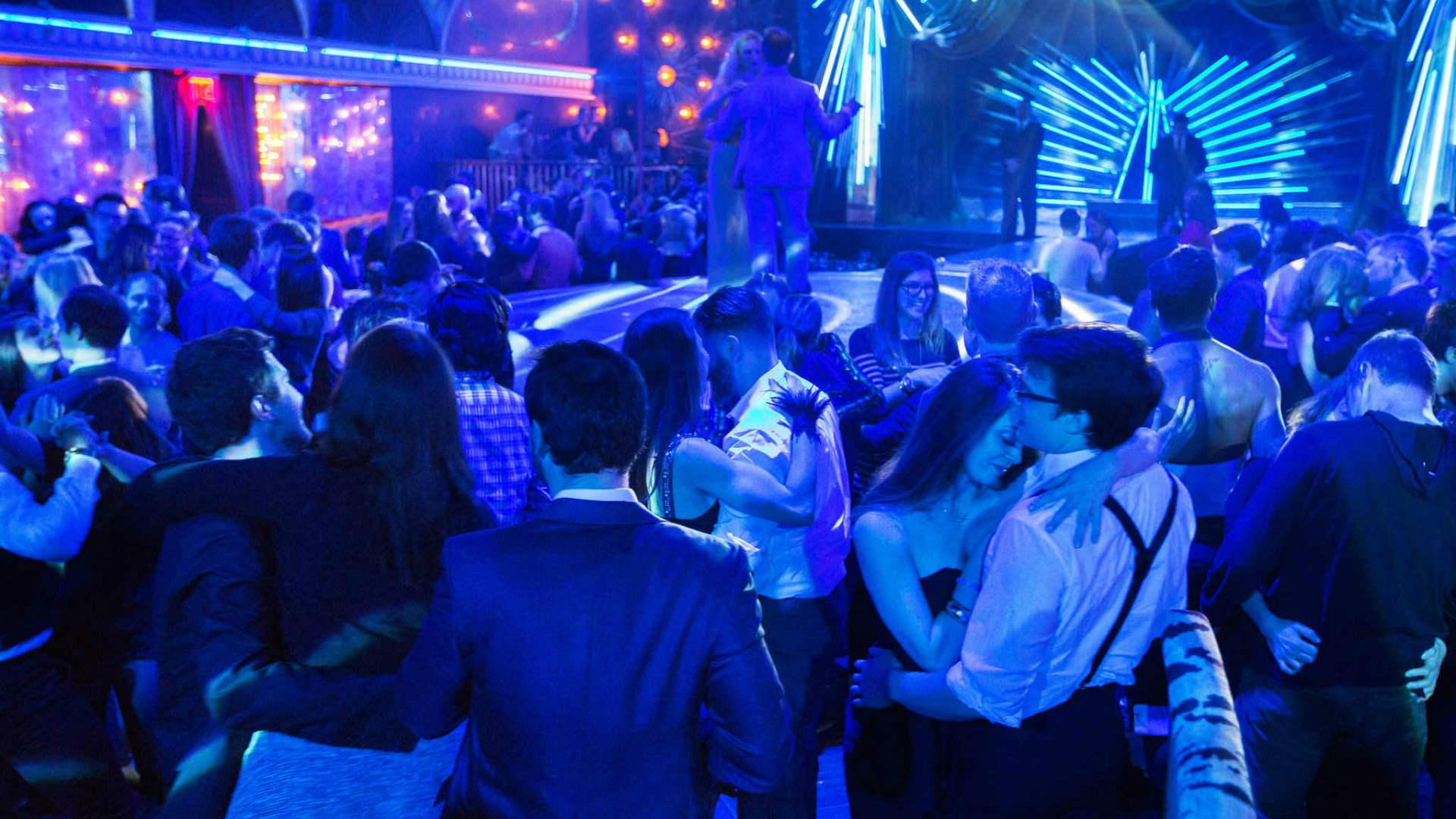 дискотека и танцы в ресторане. сон про путешествия во времени